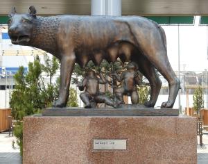 Replica_of_the_Capitoline_she-wolf_at_Ajinomoto_Stadium,_Tokyo[1] (2)