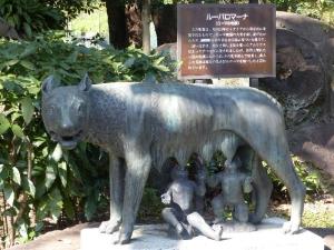 japan-tokyo-hibiya-park-roman-statue-wolf-romulus-remus[1]