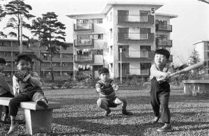 Tokyo 1961 bambini in un parco